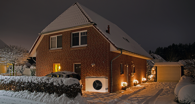 AdobeStock_184455420 Winterhaus mit Lea online